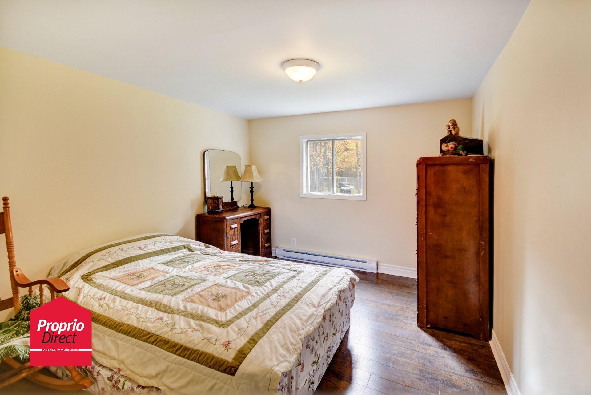 Maison de plain pied vendre 1998 rue papillon sainte - Acheter une chambre a coucher ...