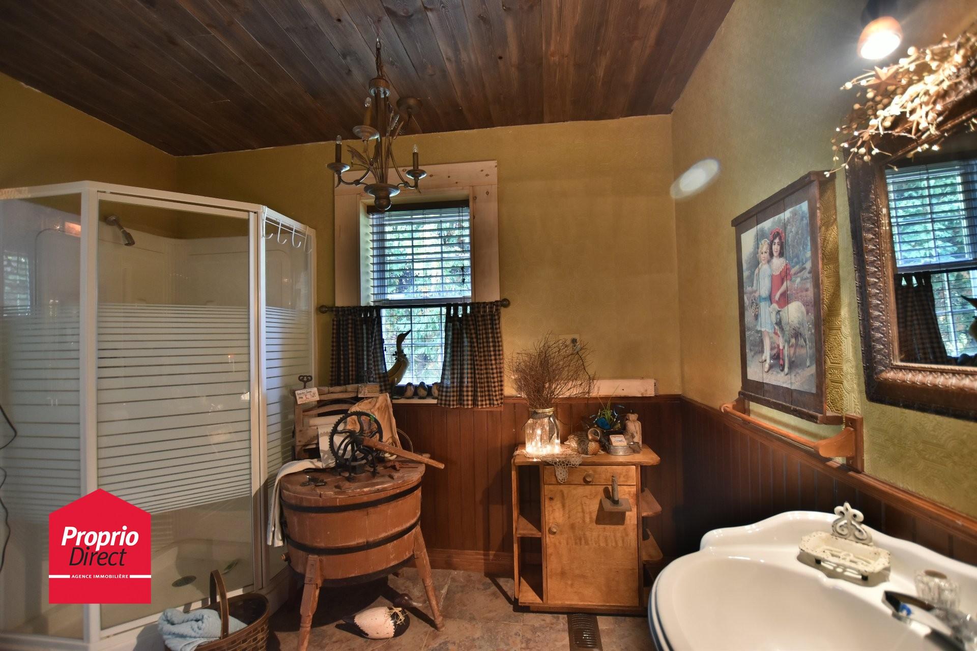 Maison un tage et demi vendre 2632 rue commerciale for Salle de bain xavier laurent